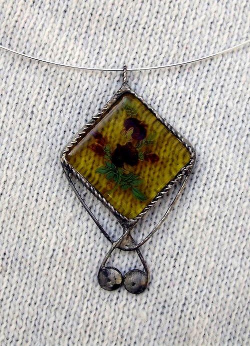 Spiral Autorský cínovaný náhrdelník, se žlutým skleněným kabošonem se zapečeným motivem květin. Vyroben z bezolovnatého cínu. Zavěšen na obruči, patinován, ošetřen antioxidačním prostředkem.