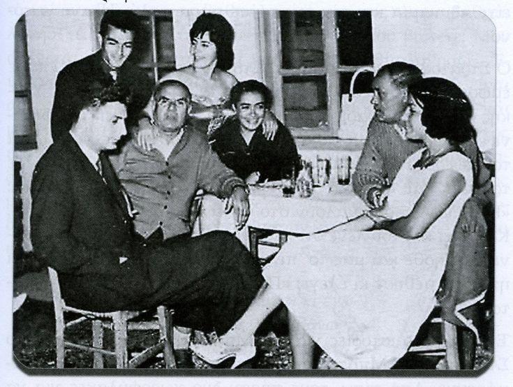 Αριστερά ο Στράτος Παγιουμτζής, η Σωτηρία Μπέλλου και όρθιος Σταύρος Καμπάνης. Δεξιά ο Μάρκος Βαμβακάρης και η Φωφώ Στράτου. Φωτογραφία του 1959.