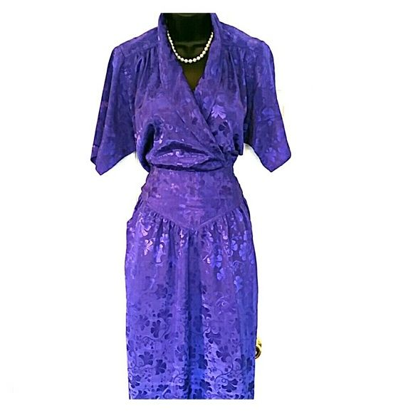 Beautiful vintage purple dress with pockets Beautiful purple vintage dress with pockets can be worn with belt or without very classy pair with statement jewelry and heels Dresses Midi