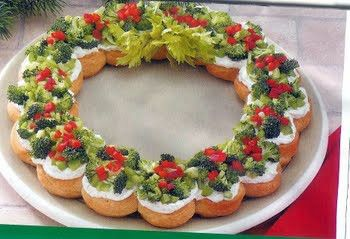 ThanksPull apart Veggie Wreath ...crescent rolls, cream cheese, and veggies... great starter for xmas awesome pin