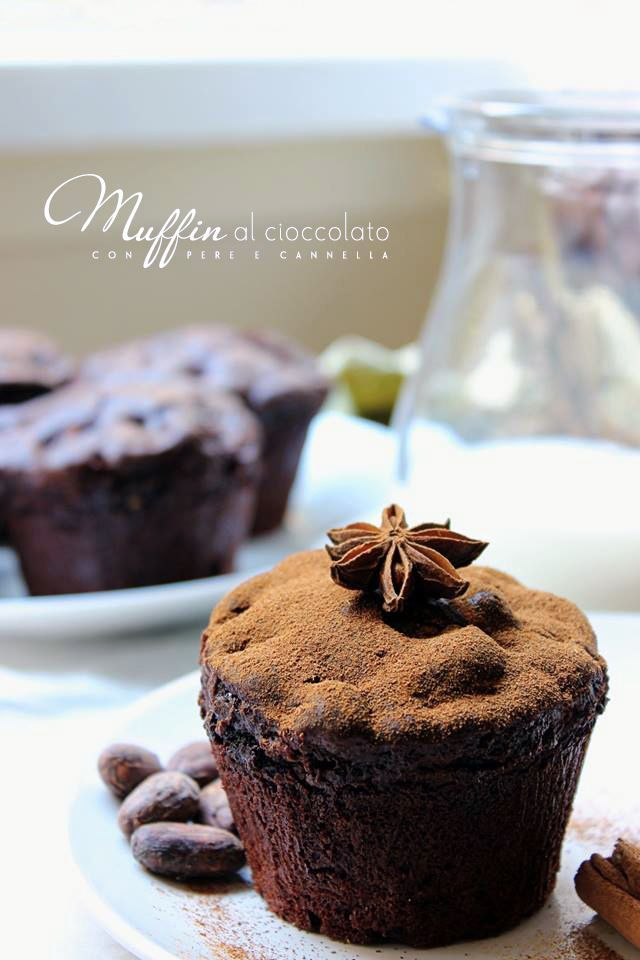 La colazione, oggi, ve la prepariamo noi: muffin al cioccolato con pera e cannella. :) Noi prendiamo gli ingredienti intanto voi