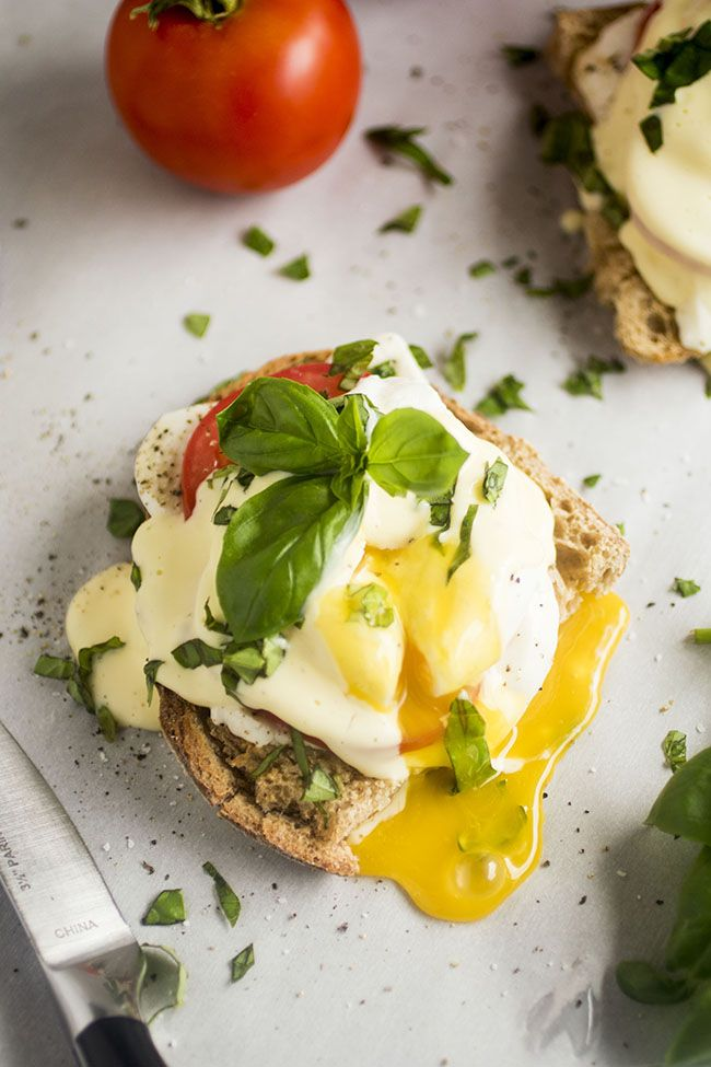 Caprese Eggs Benedict - This easy vegetarian eggs benedict recipe is perfect for your next brunch! Delicious (and foolproof!) homemade hollandaise sauce, fresh mozzarella, summer tomatoes and chopped basil are the perfect accompaniment to crusty sourdough Vegetarian Eggs Benedict Recipe, Vegetarian Recipes, Healthy Recipes, Mexican Breakfast Recipes, Brunch Recipes, Homemade Hollandaise Sauce, Blender Hollandaise, Breakfast Time, Breakfast Pizza