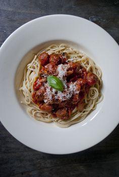 Spaghetti met kleine gehaktballetjes, veel lekkerder dan met simpel rul gebakken gehakt. Vol met knoflook, verse basilicum en kleine gehaktballetjes.