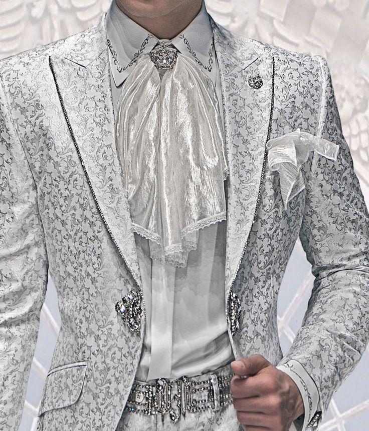 Weißem Hemd mit Silber-Stickerei und Gürtel mit Edelkristall.