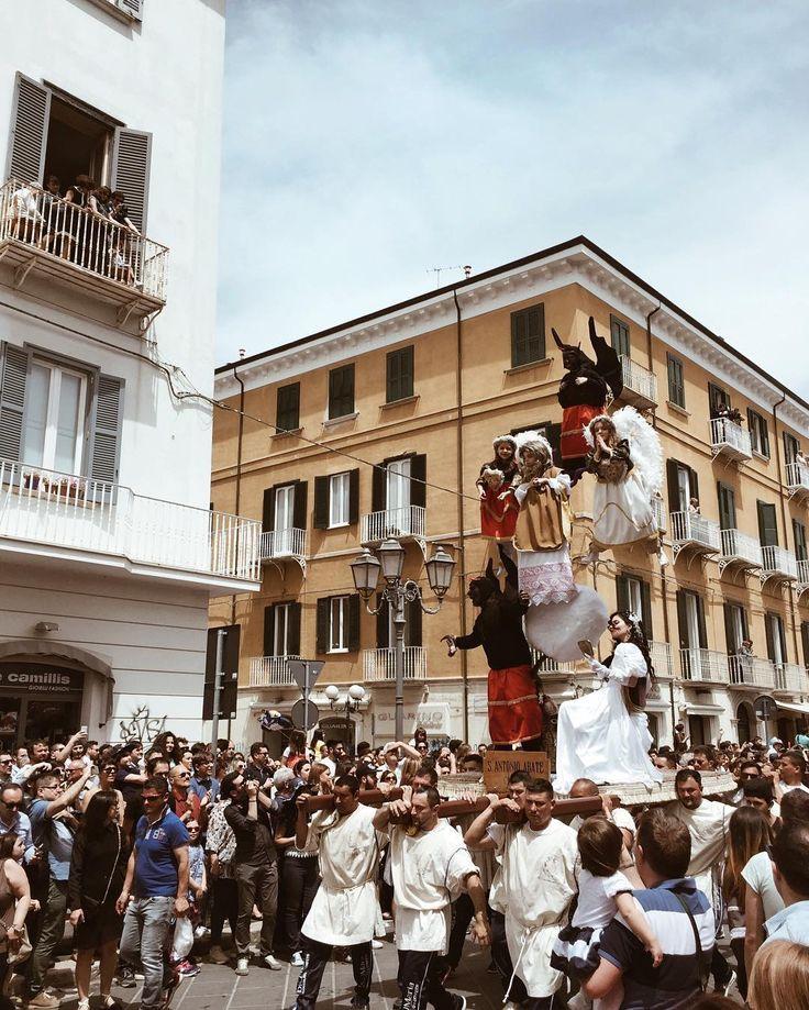 """The beautiful Italy and her traditions. [l'eterna lotta tra angeli e diavoli] #whatitalyis #ig_italia #ilikeitaly  . P.s. Ragazzi ho snapchat per davvero itsfederica90 add me . . """"Ci sono luoghi poco conosciuti e battuti dal turismo di massa proprio per questo custodi di atmosfere sensazioni esperienze ancora capaci di generare in noi quella sempre più rara emozione che si chiama stupore. """" #imisteri #campobasso #framesofitaly #vscoitaly #foragebyfolk #slowliving #nothinisordinary…"""