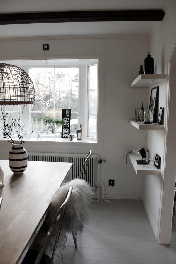 , matsal renovering, matbord, matstolar, svart och vitt, vita hyllor ...