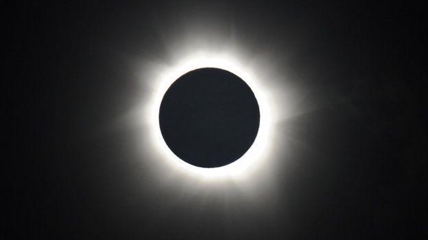 """Eclipse de sol anular. El """"anillo de fuego"""" se verá en Sudamérica con el eclipse de sol anular. El mejor punto será la región de la Patagonia argentina y el sur de Chile. . El """"eclipse del siglo"""" y otros eventos astronómicos de 2017 que no te puedes perder."""
