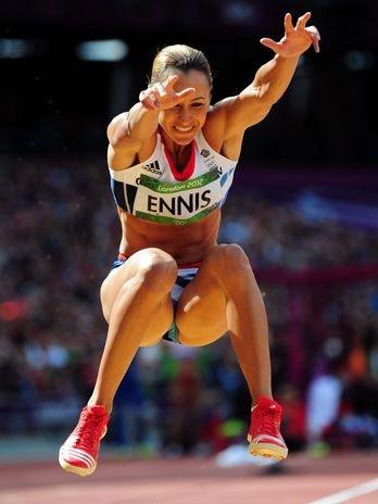 Jessica Ennis segue na busca pela medalha de ouro do heptatlo. Na manhã deste sábado, a estrela britânica ficou no segundo lugar da prova de salto em distância  Foto: Getty Images
