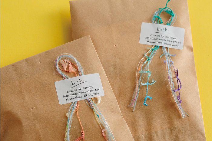 丁度良いリボンが無い…という場合は、半端に余っている毛糸や紐を組み合わせてこんな風にアレンジするのも素敵です。
