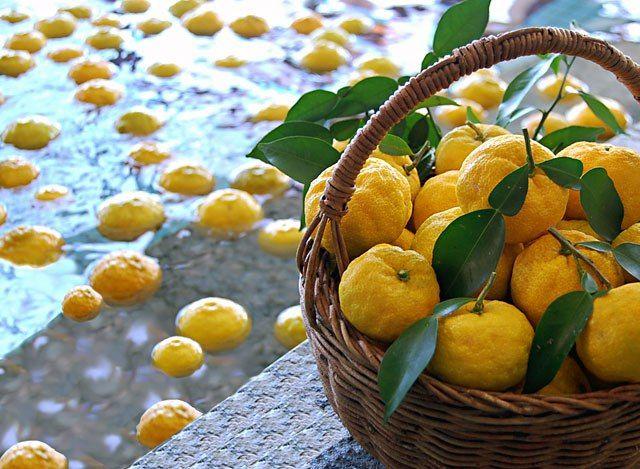 yuzu  Los cítricos forman una extensa familia de frutas ácidas ricas en vitamina C, cuyo aroma fresco y tonificante transmite una sensación natural de aire limpio. En perfumería se usan normalmente como nota de salida dada su gran volatilidad y buena capacidad de difusión. Son las encargadas de anunciar el perfume a la nariz y, por tanto, deben reflejar un tono afín al cuerpo del perfume ya sea como un exuberante cóctel brillante o como una gran nota naturalista de limón o de naranja o de…