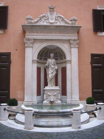 Fontana del Cortile di Palazzo Del Bufalo Ferraioli  , in piazza Colonna 354  ; l'antica statua  forse raffigura Cerere .  Solo visite guidate per gruppi organizzati , su prenotazione .