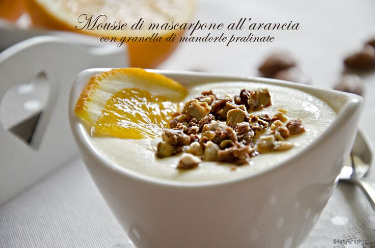 Vi propongo un dessert veloce e delicato da offrire ai vostri ospiti. Una favolosa e profumata mousse di mascarpone all'arancia con mandorle pralinate.