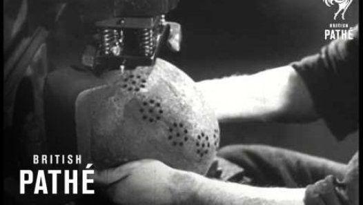 Le documentaire allemand « Fulda : Kuchengerate aus Stahlhelmen » nous montre le recyclage des casques allemands après la seconde guerre mondiale. En 1946, toutes les matières premières ont été réquisitionnées pour la reconstruction. En ce qui concerne les objets du quotidien, un industriel a eu l'idée d'utiliser les casques de la Wehrmacht pour les recycler en passoires, casseroles ou autres ustensiles de cuisine. Une archi...