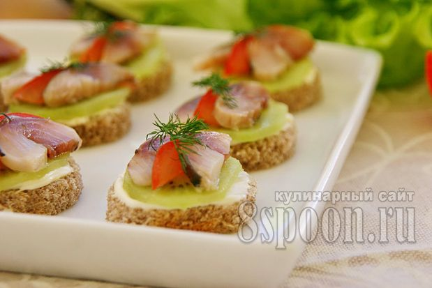 Готовим бутерброды с киви и селедкой: шикарный рецепт от сайта 8 Ложек! Закусочные бутерброды на праздничный стол с киви вам обязательно понравятся!