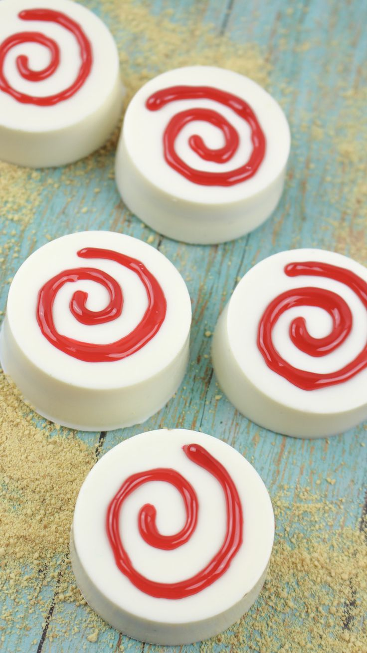 These Moana inspired white chocolate treats are a fun way to celebrate seeing them movie!