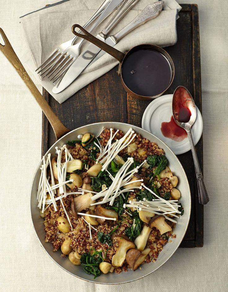 Gleich vier Sorten Pilze beglücken zwischen Quinoa und Spinat. Eine Rotweinreduktion schmeichelt sich an.