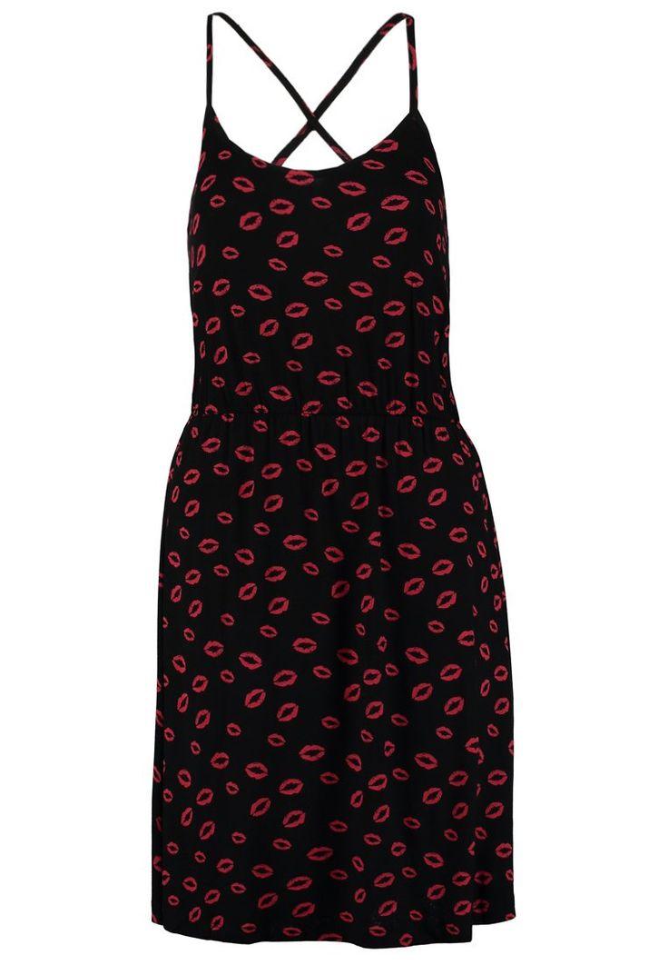 Czarna sukienka w czerwone usta