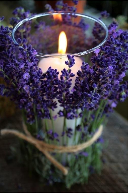 Agrega flores alrededor de tus veladoras como estas lavandas y dale un toque diferente a tus velas.