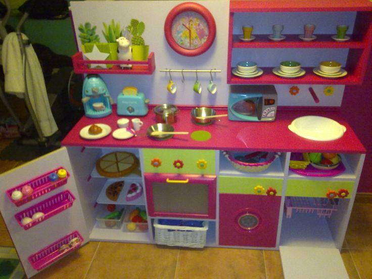 Hacer una cocinita de juguete para los más pequeños es uno de los mejores regalos que podemos hacerles. ¡Aprende y hazles felices!