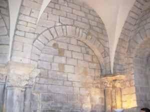 4/8 - La chapelle Saint-Aignan : mur sud, travée complète. Le choeur a disparu, restent une travée et demie avec l'une des portes d'entrée. Après divers usages profanes, la moitié restante fut restaurée et rendue au culte pour le service des séminaristes du diocèse de Paris....
