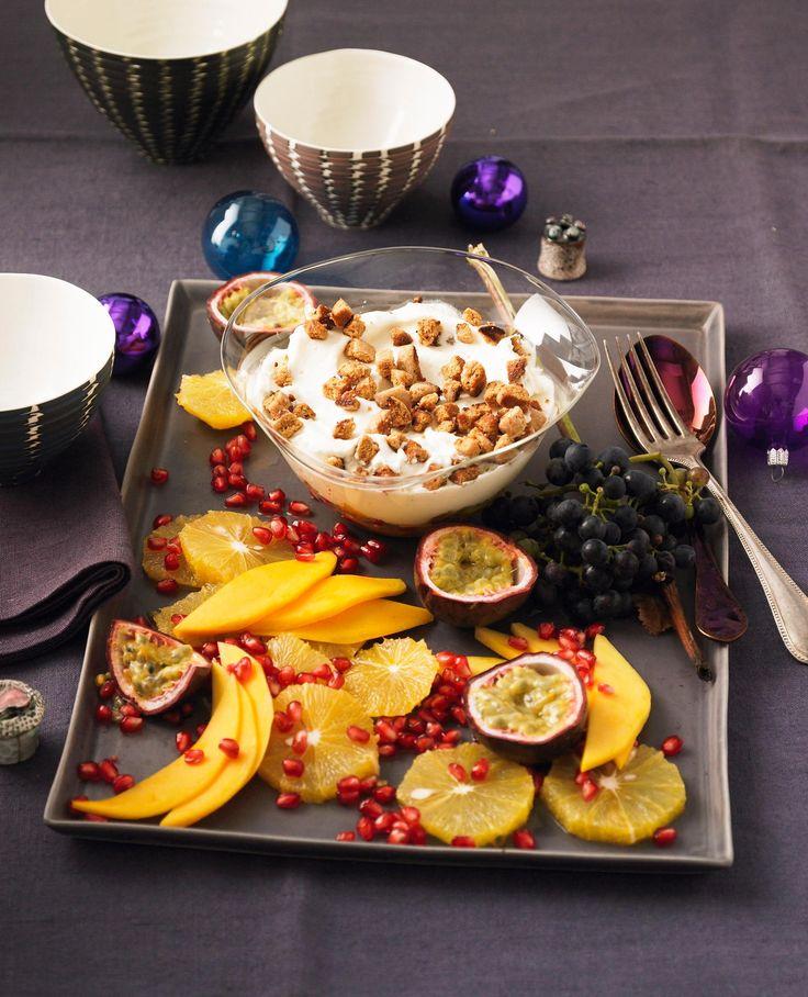 Quarkcreme mit Obstsalat und Pfeffernuss-Croûtons