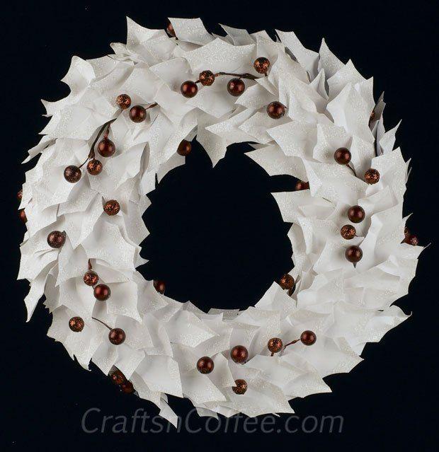 Uma coroa de flores simples e elegante para o Natal e durante todo o ano.  Cada folha reluzente azevinho é cortado da cartolina e levemente brilharam.  CraftsnCoffee.com tem o tutorial.