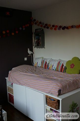 Pour le lit, on s'est servi de meubles de cuisine Ikéa qu'on a ensuite recouverts d'une planche en bois. Sur le flan, on a donc utilisé deux meubles de 60 et deux de 40cm. Trois autres meubles de 40 cm sont alignés le long du mur et seul le dernier est accessible. Ça fait donc 5 espaces de rangement !