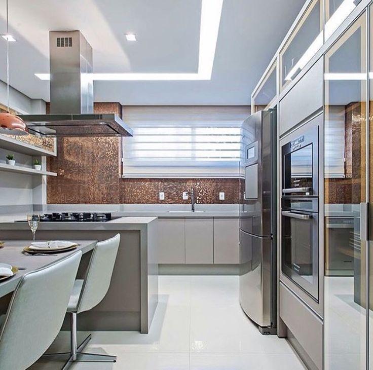 Cozinha com pastilhas bronze por Carolina Kist #homedecor #decoração #kitchen…