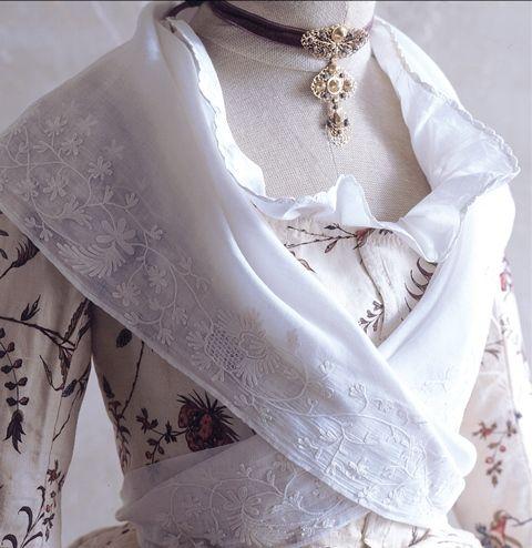 Bastidane châle en mousseline brodée 18ème siècle - Fragonard Parfumeur #collection#costumes#provence
