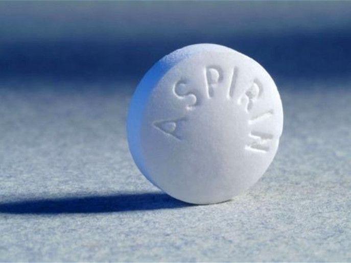 С помощью аспирина можно удалять пятна от пота. Белые соленые разводы нужно замочить в жидкости (2 таблетки на пол стакана воды). Замоченную в растворе одежду, через три часа необходимо застирать с помощью порошков.