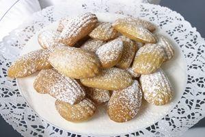 Madeleinekager er små franske kager, der bages i muslingeskalsforme. Vores opskrift på madeleinekager er ekstra delikat med et pift af rosenvand.