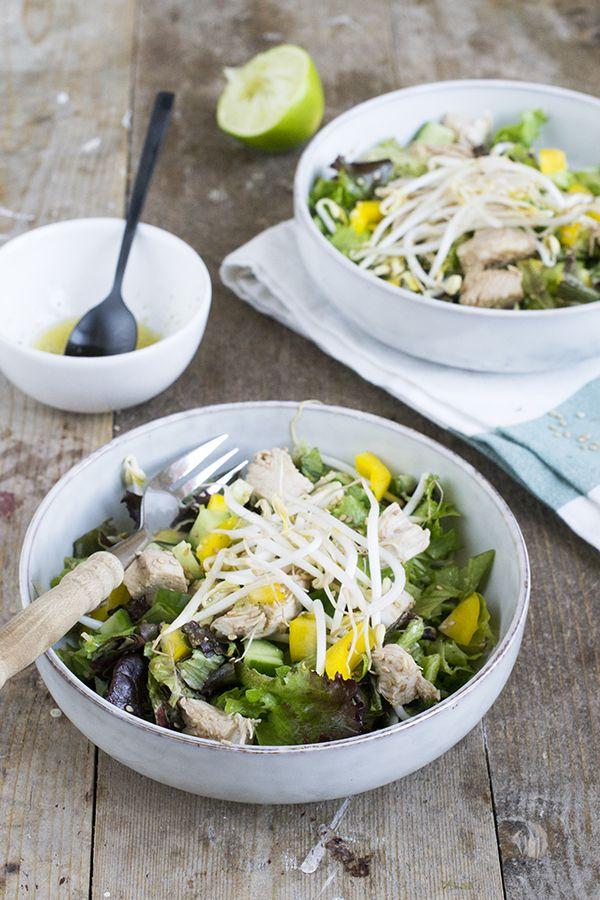 Ik breek de week met een frisse salade, een Oosterse salade met kip. Hoewel het buiten nog koud is heb ik toch trek in salades. Deze eet ik op dit moment niet als avondmaaltijd, dan ga ik toch liever voor iets warms, maar als lunch kan ik er echt van genieten. Na een afspraak in... LEES MEER...