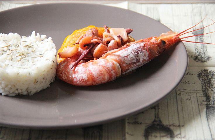 PURE' DI CAROTE AL CURRY CON CALAMARO E GAMBERONE Una ricetta alternativa per cucinare le #carote, ricche di vitamine C, da servire come contorno. Per dare una nota speziata e saporita ho aggiunto un po' di #curry, che sta benissimo con il dolce delle carote, la dadolata di #calamaro e il #gamberone. Da non dimenticare, per completare il piatto, un po' di #riso bollito servito con un filo di olio e #rosmarino. #autumnfood #piattounico #instafood #instablog #acquolina #cibosano #picoftheday…