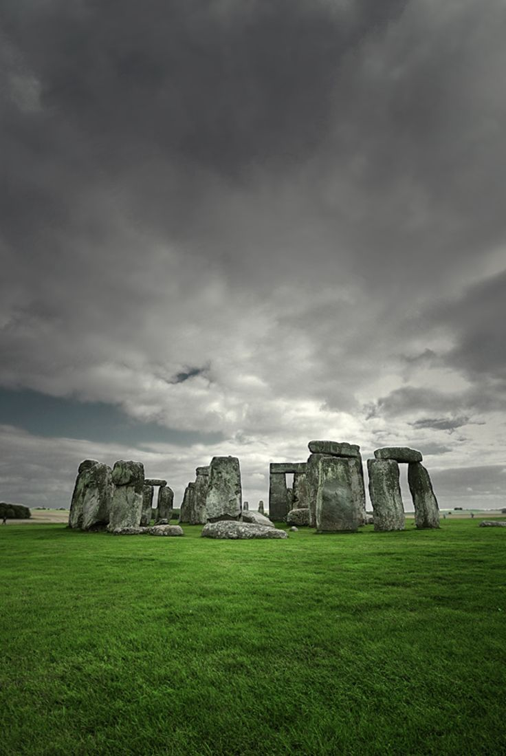 Stonehenge This prehistoric monument is one of the most famous sites in the world. Archaeologists believe that this Britain's greatest national icon was built anywhere from 3000 BC to 2000 BC.