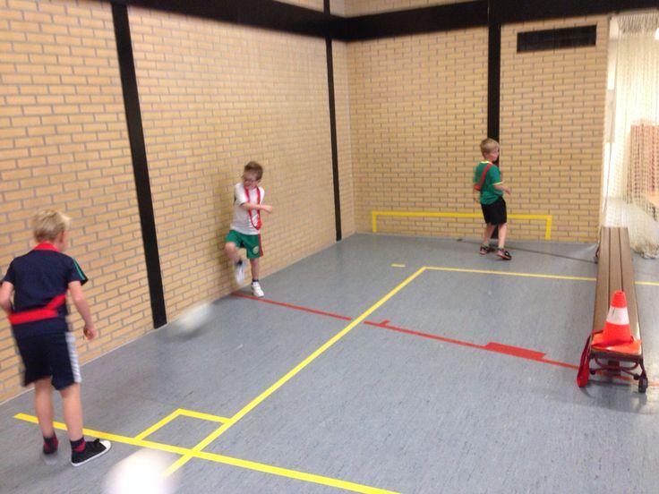 Ezelen id gymzaal met 'plof'voetbal. Vak op de muur gemaakt en startvak om te beginnen. Regel is een keer aanraken waarbij je in vak moet schieten.