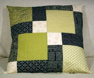 DISAPPEARING NINE PATCH CUSHION - like these colors, too.