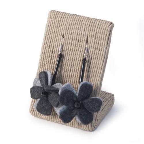 ORECCHINI GINEVRA GRIGIO  -  Orecchini in metallo anallergico con tubolare nero e pendente in lana cotta a forma di fiore.