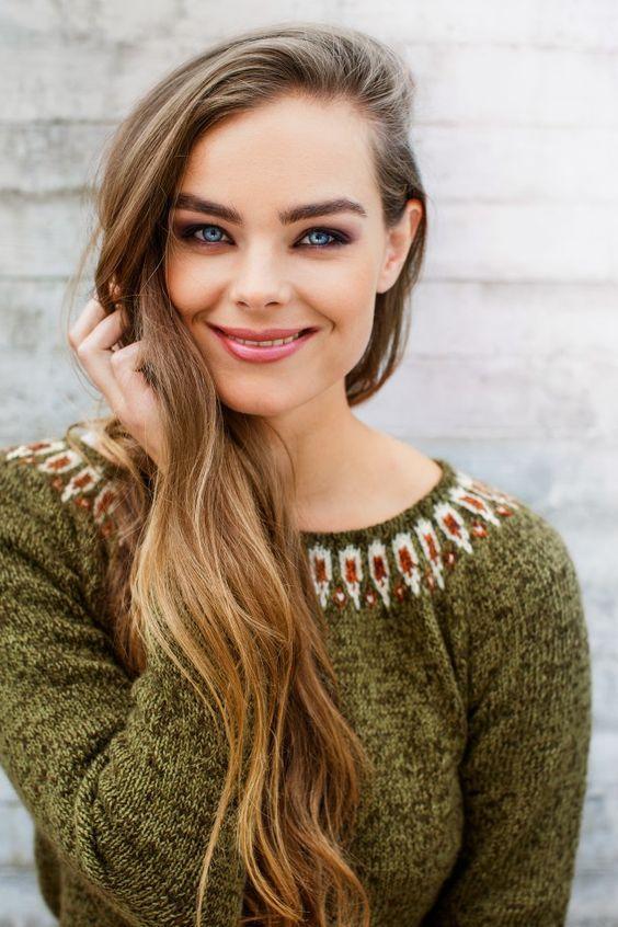 På denne helt enkle genseren i melert garn er det mønsterborden rundt halsen som virkelig gjør susen. Genseren går ganske raskt å strikke, og den er heller ikke så vanskelig å få til, selv for relativt ferske strikkere. Har du andre favorittfarger? Ikke noe problem - Begge de garnkvalitetene som er brukt her finnes i 16 forskjellige farger.