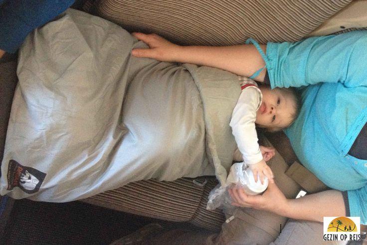 Deryan Air Traveller een handig hulpmiddel wanneer je moet vliegen met een baby of jong kind op schoot. #reizen #vliegen Deryan Air Traveller review - Gezin op Reis
