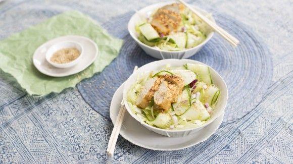 Zoetzure komkommersalade met gebakken kip en rode ui