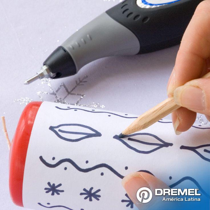 Paso 1: Cortar una hoja de papel para envolver la vela. Dibujar un diseño que desee. Envolver la vela y fijar el papel con cinta de adhesiva de papel. Luego dibujar sobre el diseño con un lápiz para transferir las formas sobre la vela.