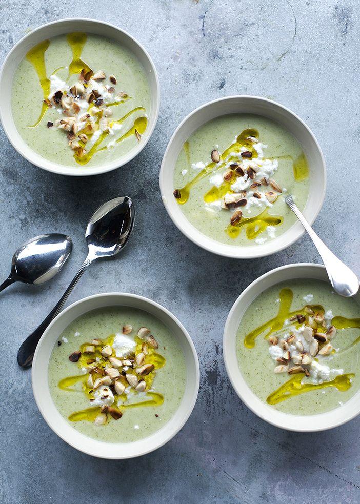 50 dkg brokkoli, 1 kis fej vöröshagyma, 1 gerezd fokhagyma, 3 dl natúr joghurt, 20 dkg feta/krémfehérsajt, só, frissen őrölt bors, olívaolaj, 10 dkg blansírozott mandula