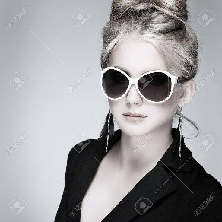 Una Foto Di Bella Ragazza ?n Stile Moda Su Sfondo Grigio, Glamour ...