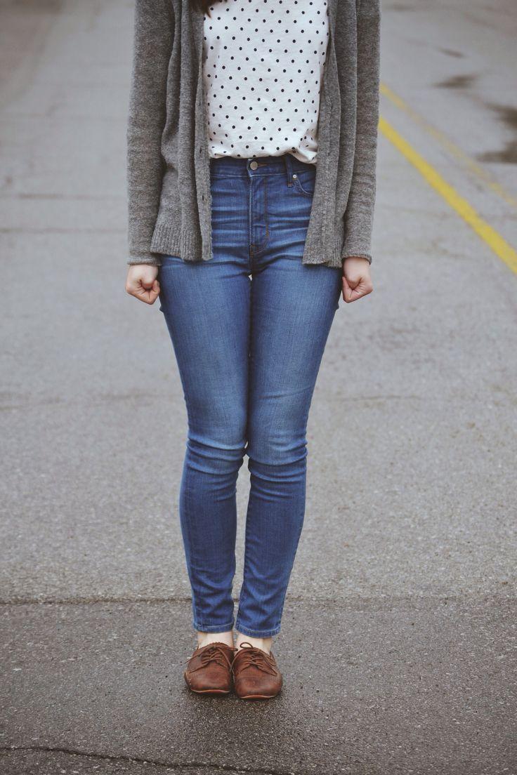 Jeans alto + oxford + blusa fina gola + cardigã preto