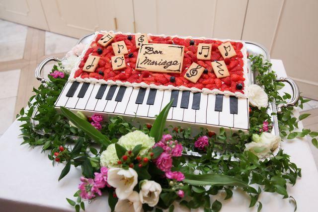 アンジェパティオ|結婚式場写真「音楽がテーマのお二人は鍵盤をモチーフにしたケーキをデザイン♪お二人らしさ溢れる演出に。」 【みんなのウェディング】
