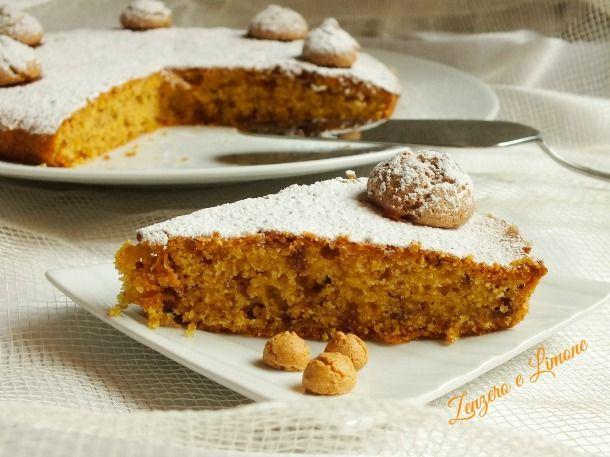 La torta di mais e amaretti è un dolce leggero preparato con farina di mais e fecola e, pertanto, perfetto per chi soffre di celiachia.