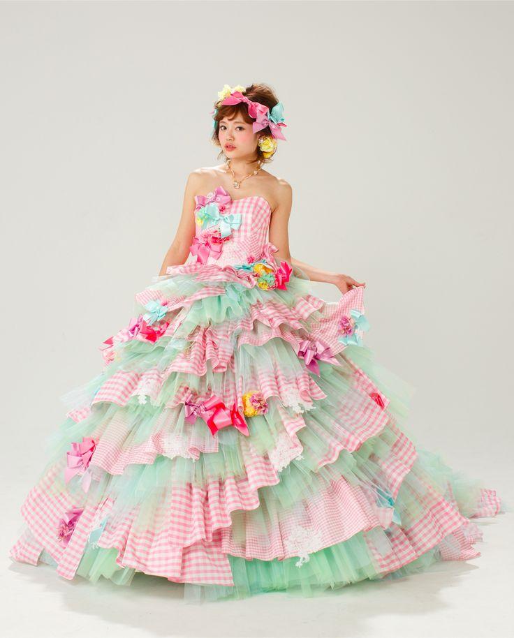 【THE HANY 2013 デュプレー】ポップなチェックリボンが印象的なティアードドレス。スカートの段ごとに大きさの違う2種類のチェックを組み合わせところに、デザイナーHANYの感性が光ります。マルチカラーなリボンの色遣いがポイントです。