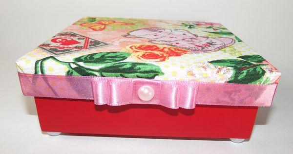 As caixas em MDF são usadas para guardar jóias, medicamentos, maquiagem, chás e outras utilidades, além de render uma graninha extra. Então, que tal aprender a fazer uma bela decoração na sua caixa!? Confira:
