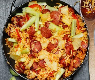 Jambalaya med korv och risoni är ett snabblagat, smakrikt och kreolskt recept som är en trevlig middag i vardagen. Ananas ger rätten en söt smak som passar ypperligt till de lite kryddiga smakerna.