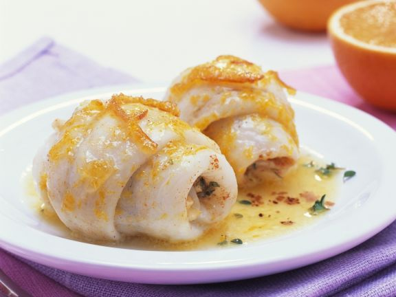 Schollenröllchen mit Orangen und Buttersauce ist ein Rezept mit frischen Zutaten aus der Kategorie Meerwasserfisch. Probieren Sie dieses und weitere Rezepte von EAT SMARTER!